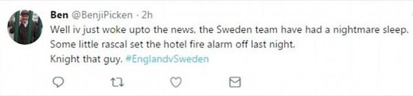 Um torcedor inglês fazendo piada com o incidente envolvendo o alarme de incêndio do hotel russo no qual a equipe da Suécia está hospedada (Foto: Twitter)