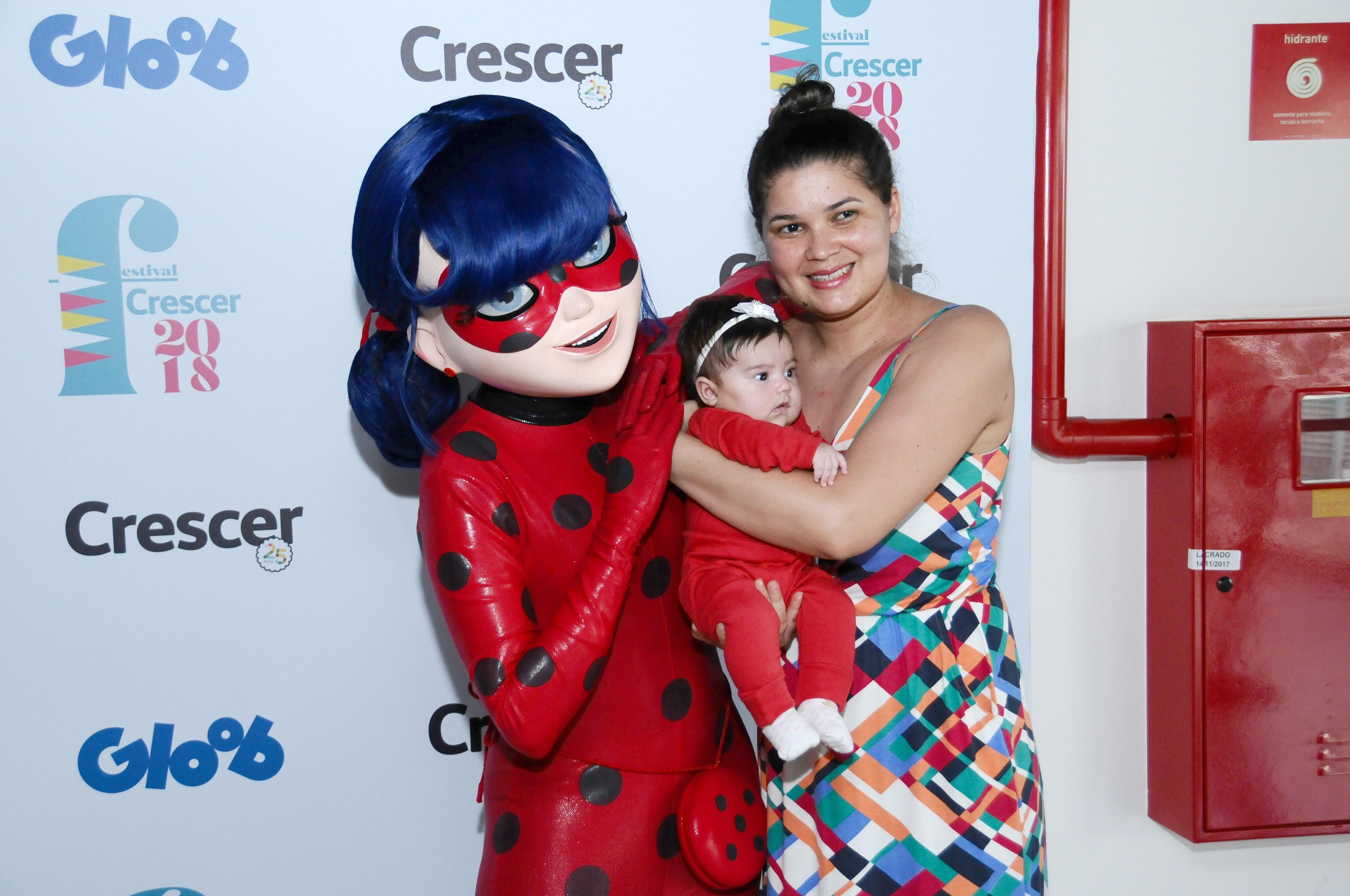 Personagens, como a Lady Bug, encontraram as crianças e posaram para fotos ao lado delas (Foto: Sylvia Gosztonyi/ Editora Globo)