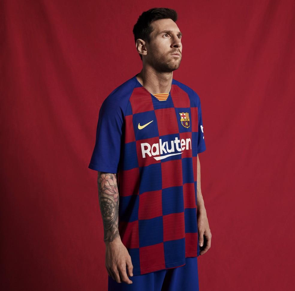 6c7a2a5be477d Barcelona inova e anuncia camisa quadriculada para a temporada 2019 ...