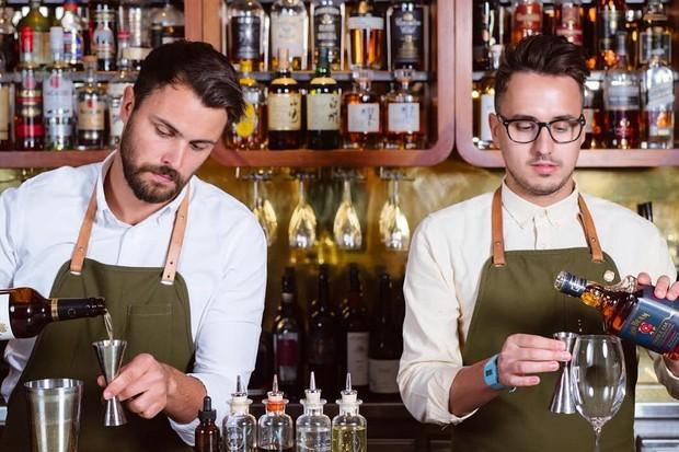 Os bartenders do Dandelyan, @jamesdwheeler & @willmeredith1, bar número 1 do mundo (Foto: reprodução instagram (@dandelyanbar)