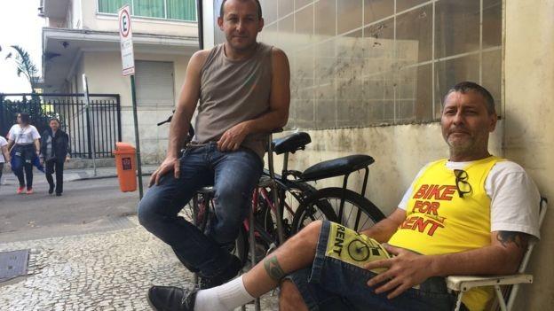 O chaveiro Antônio Leitão (à esquerda), que há 15 anos trabalha ao lado do terreno onde o MIS está sendo construído, diz sentir falta da antiga Help, casa noturna frequentada por turistas e garotas de programa que foi demolida para dar lugar ao museu. (Foto: Júlia Dias Carneiro/BBC News Brasil)