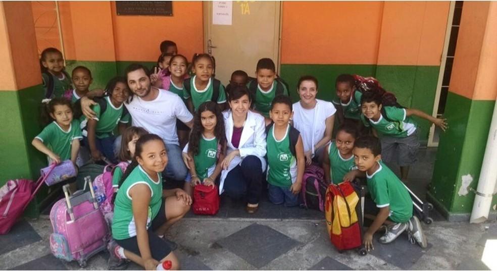 Pesquisadores Cássio Oliveira, Maria do Carmo Nunes e Kaciane Oliveira durante trabalho de campo em escolas. — Foto: HC/Divulgação