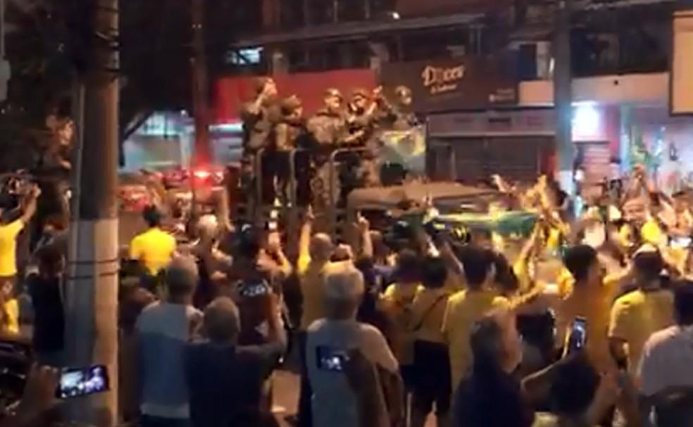 Multidão saúda tropa do Exército em Niterói — Foto: Reprodução/Redes sociais