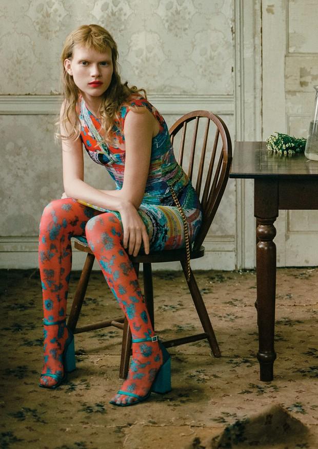Vestido, top, cinto, meia calça, e sandálias, tudo Versace (Foto: Zee Nunes)