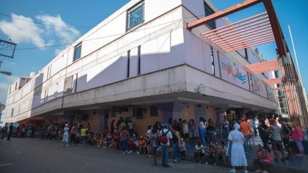 Segundo o jornal cubano independente 'El Estornudo', a polícia prendeu quem tirou fotos das filas nos supermercados, como aconteceu com o autor desta imagem — Foto: BELO PCRUZ / CORTESÍA EL ESTORNUDO