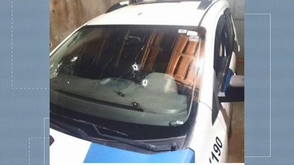 Homens atiram em carro da polícia no meio de estrada  no Espírito Santo — Foto: Reprodução/ TV Gazeta