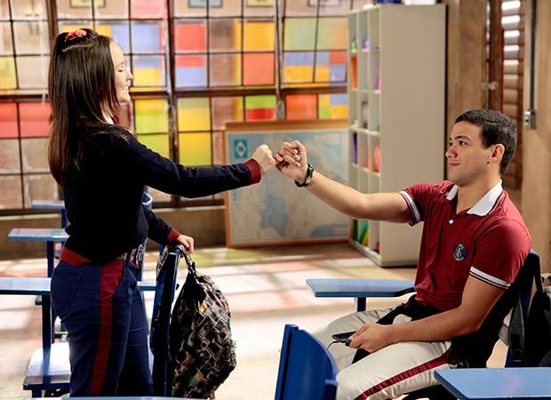 Mirela (Larissa Manoela) se desculpa com Guilherme (Lawrran Couto)  (Foto: Lourival Ribeiro/ Gabriel Cardoso/ SBT)