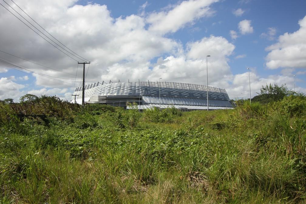 Em vez de Cidade da Copa, mato e entulhos rodeaim a Arena de Pernambuco, construída para o Mundial de 2014, em São Lourenço da Mata, no Grande Recife (Foto: Marlon Costa/Pernambuco Press)