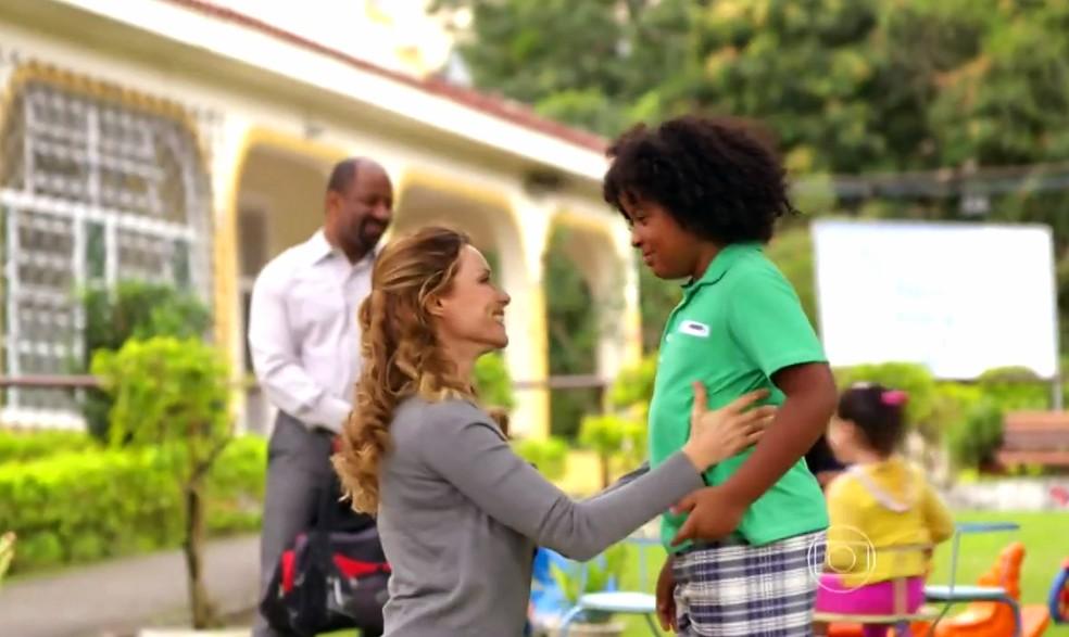 Doralice (Rita Guedes) reencontra Quirino (Aílton Graça) e William (Renzo Aprouch) - 'Flor do Caribe' — Foto: Globo