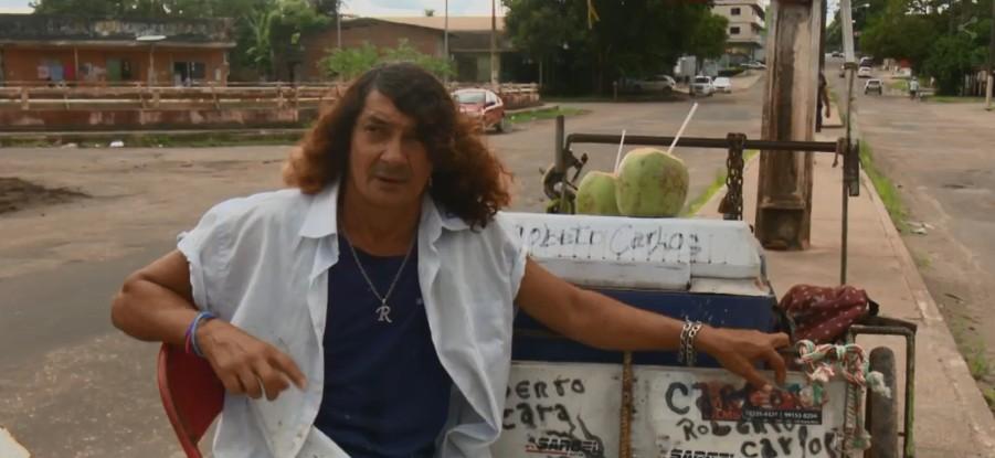 'Eu vivo de aplausos', diz vendedor de frutas que canta sucessos de Roberto Carlos para clientes, em Macapá