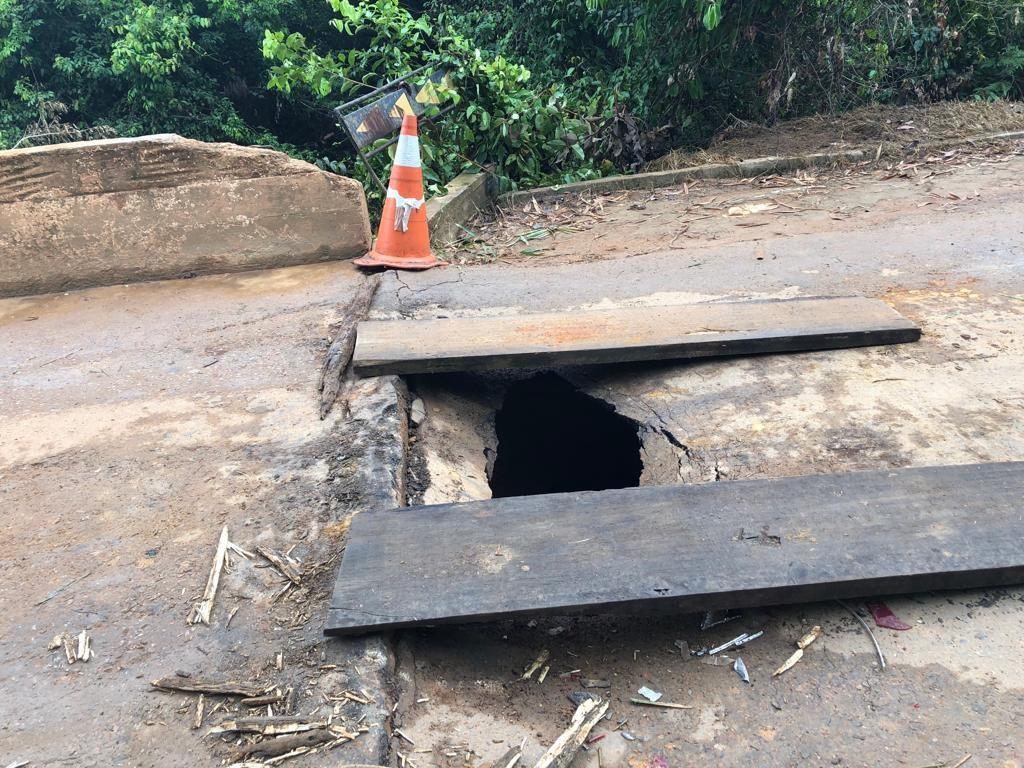 Cabeceira de ponte cede e abre buraco de 1 metro na RO-257 em Ariquemes