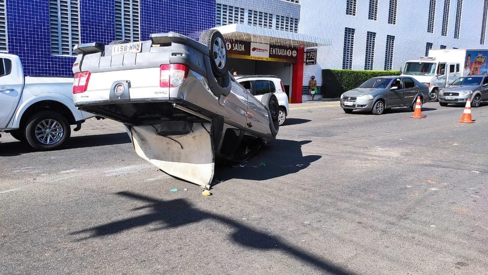 Carro capota e fica de cabeça pra baixo na Avenida Prudente de Morais em Mossoró — Foto: Isaiana Santos / Intertv Costa Branca