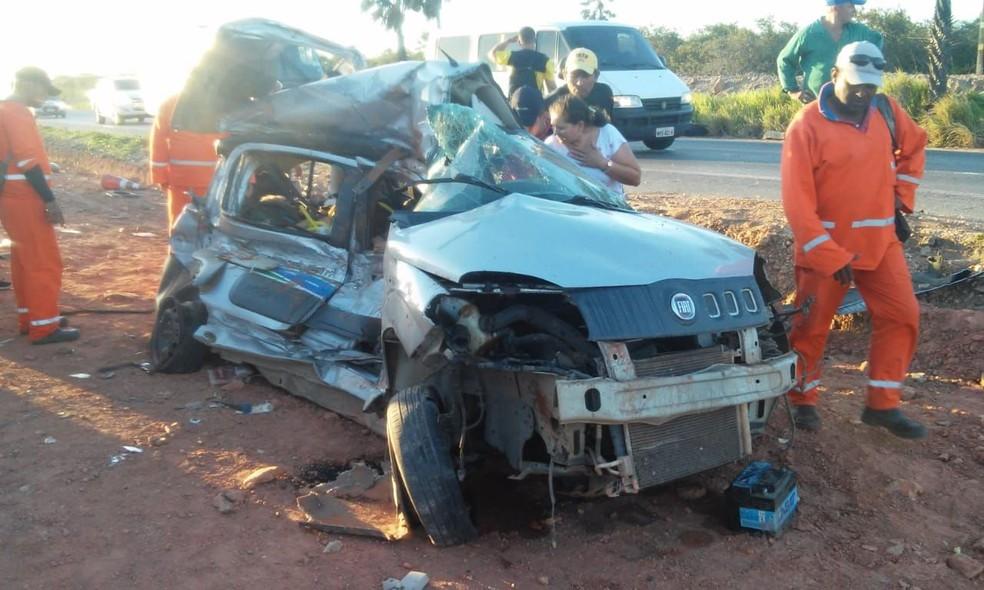 Acidente envolvendo táxi, ônibus e outro veículo deixou cinco pessoas mortas em Caucaia, no Ceará.  (Foto: Polícia Rodoviária Federal)
