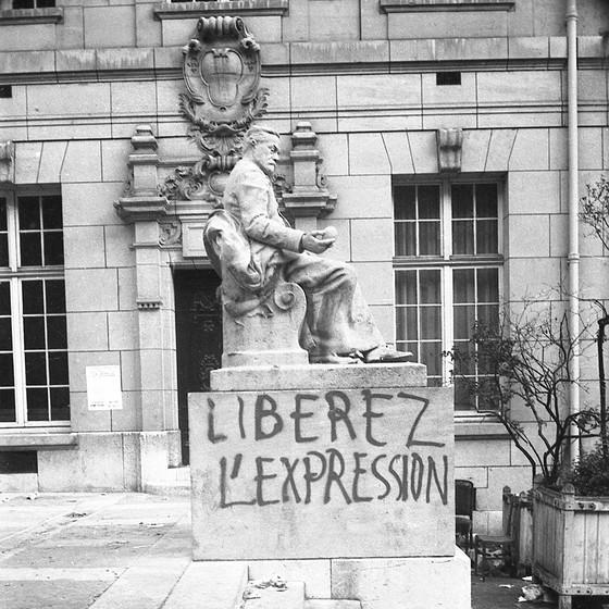 Na estátua de Louis Pasteur na Universidade Sorbonne, pichação pede liberdade de expressão (Foto: Philippe Gras)