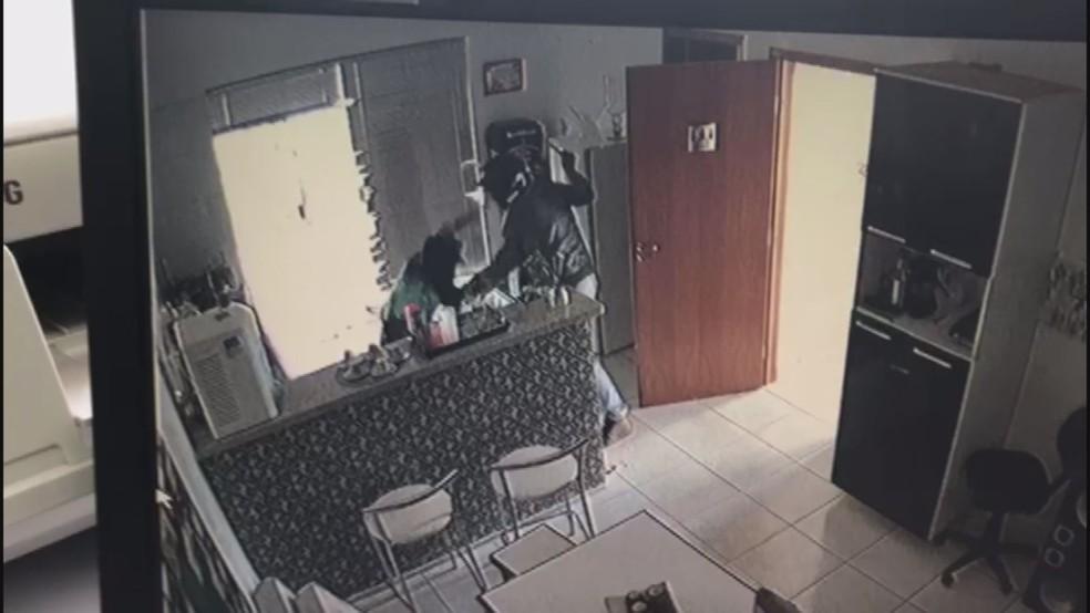 Thainá é esfaqueada pelo suspeito de capacete na imobiliária em Barretos, SP (Foto: Reprodução/Câmeras de segurança)
