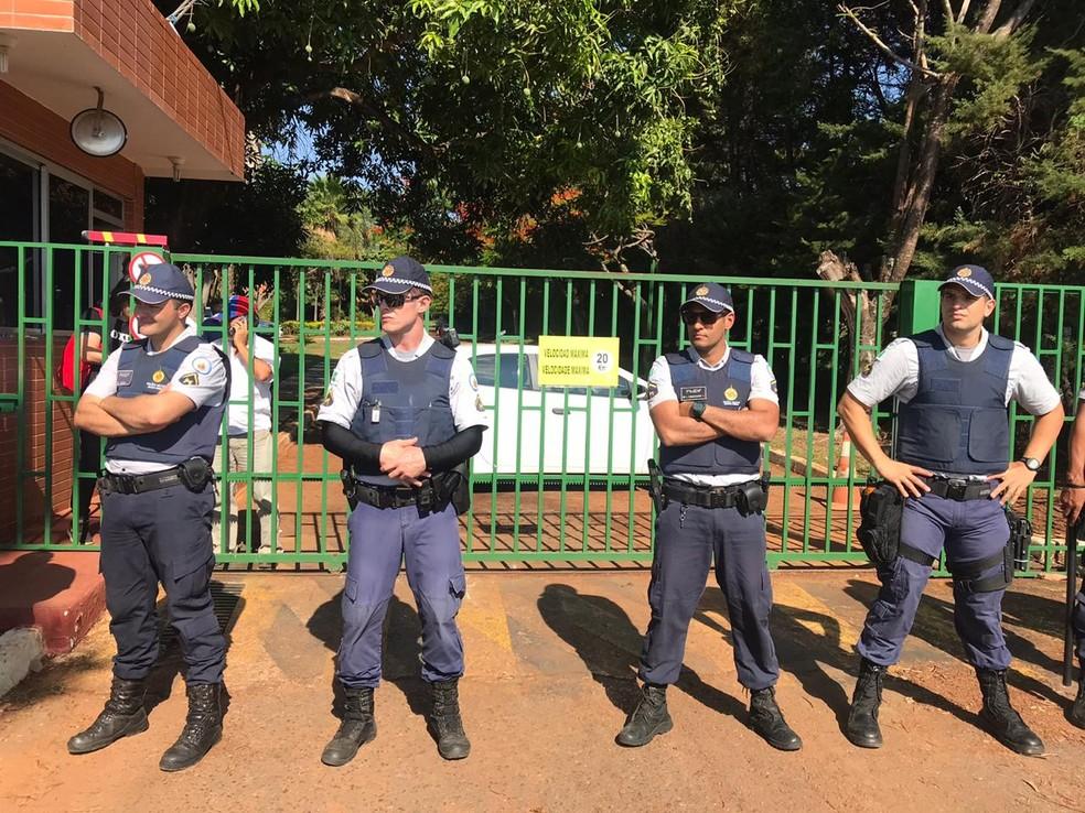 PM faz segurança do lado de fora da embaixada da Venezuela em Brasília — Foto: Luiza Garonce/G1