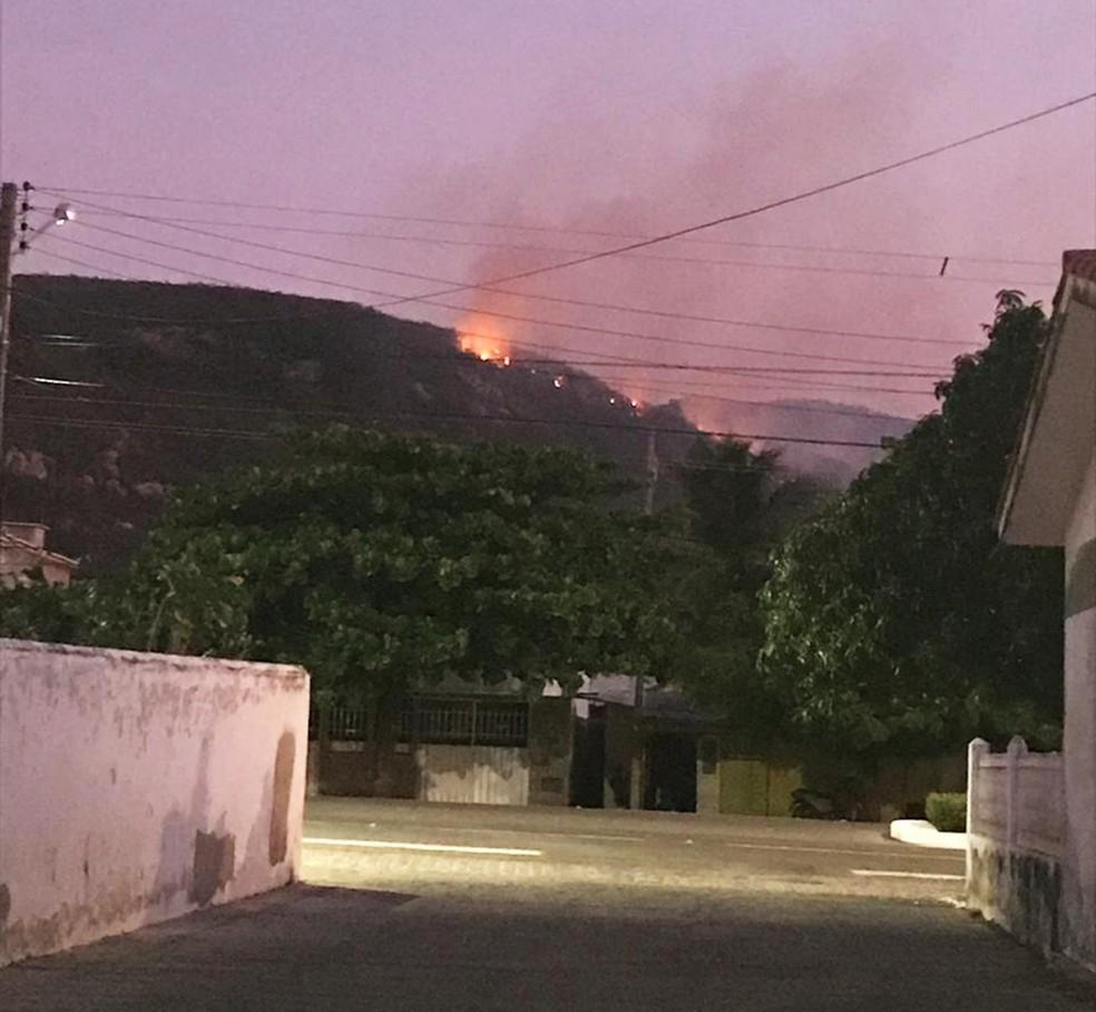 Fogo ainda queima vegetação na Serra do Lima, em Patu — Foto: Márcia Dantas