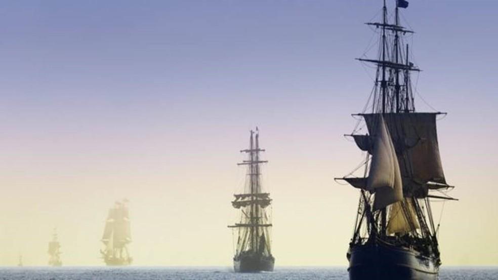 Quando os barcos navegam ao horizonte, a última coisa a desaparecer é o mastro (Foto: GETTY IMAGES)