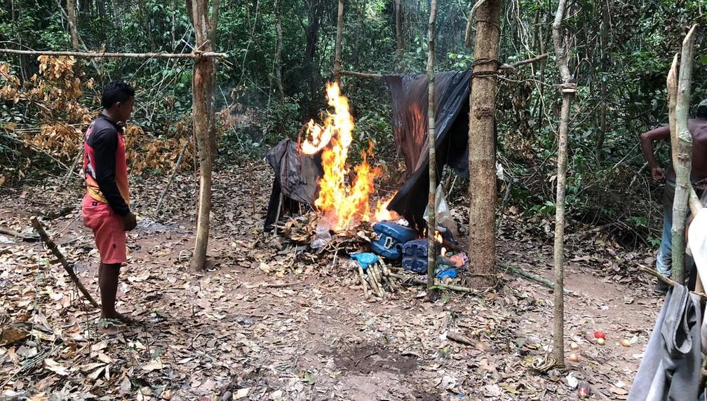 Índios destruíram a tenda improvisada usada pelos madeireiros na reserva Arariboia, no Maranhão — Foto: Mídia Índia