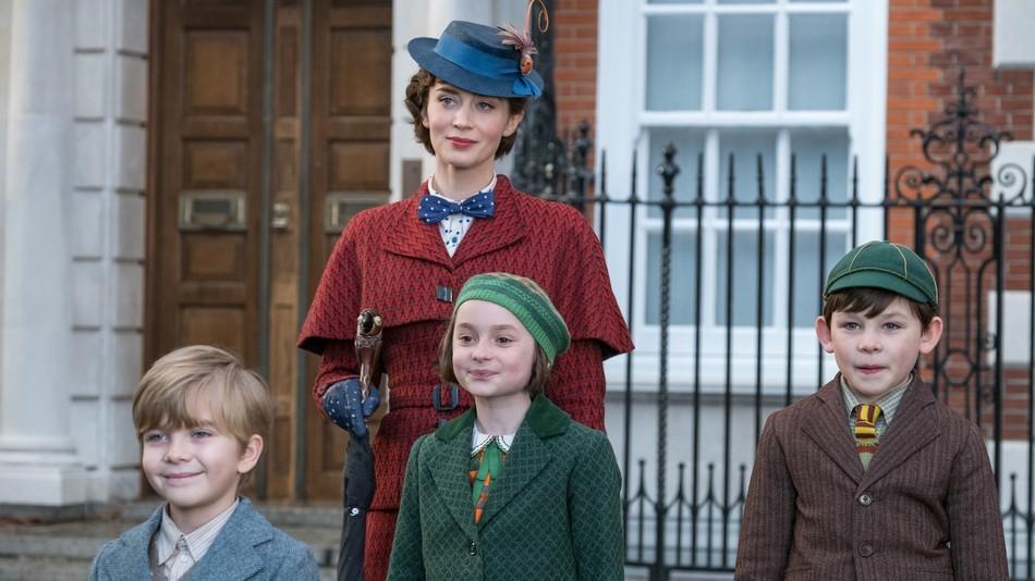 Mary Poppins, interpretada por Emily Blunt, e as crianças da família Banks, Georgie (Joel Dawson), Anabel (Pixie Davies) e John (Nathanael Saleh) (Foto: Divulgação)