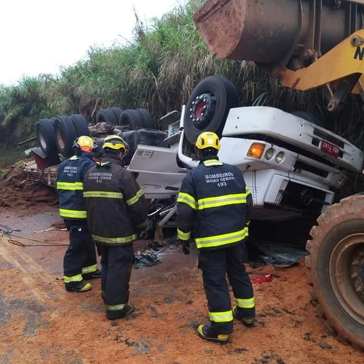 Uma pessoa morre e outra fica ferida após caminhão capotar em Juruaia, MG