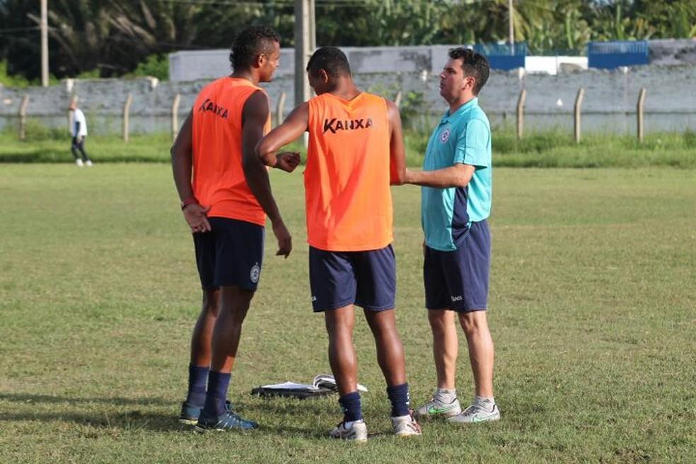 Titular do Parnahyba, zagueiro Miltão (à esquerda) se envolve em discussão com Alex Santos (Foto: Didupaparazzo)