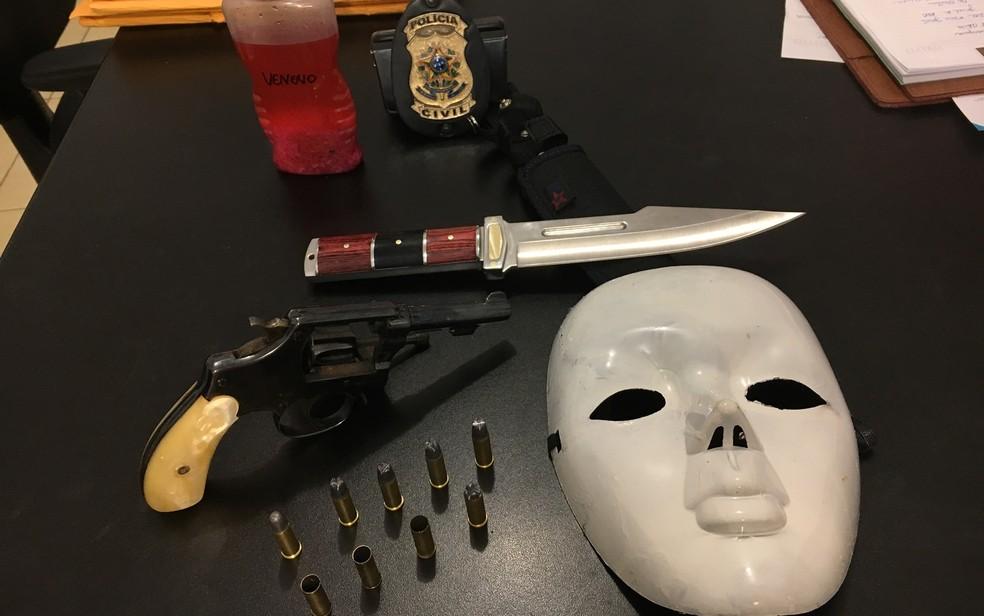 Polícia apreendeu máscara, revólver, munição, faca e chumbinho com suspeito de matar estudante em Alexânia, Goiás (Foto: Paula Resende/G1)