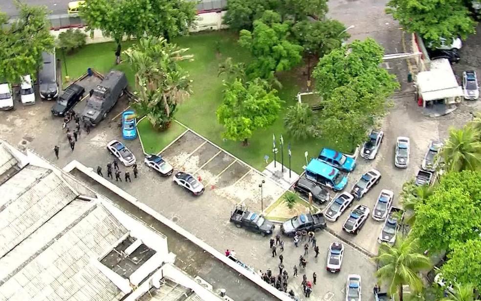 Polícia se organiza para sair para operação no Jacarezinho  (Foto: Reprodução/TV Globo)