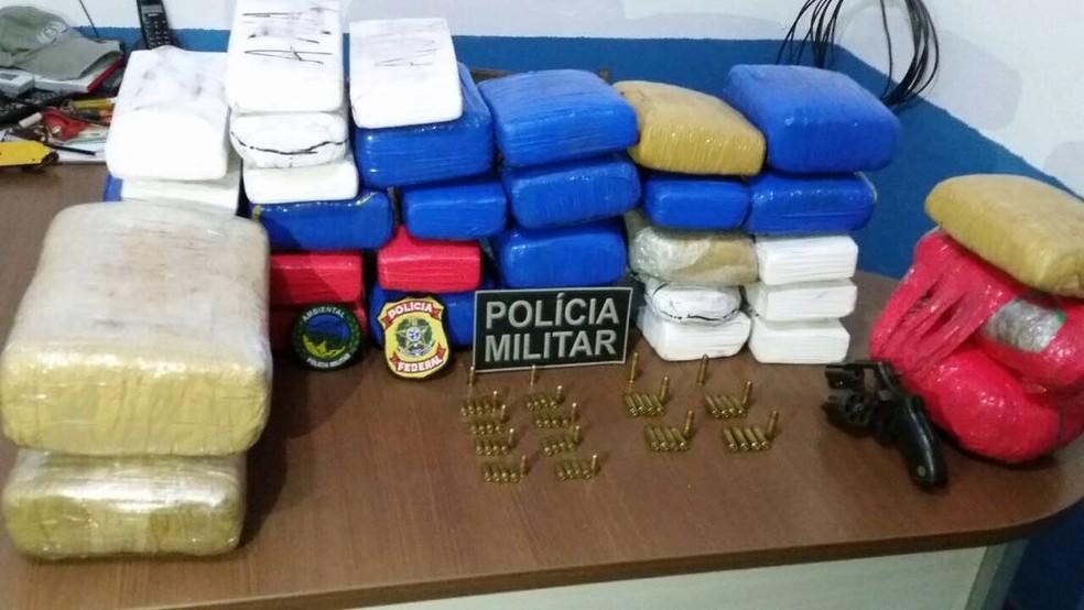 Maconha, cocaína e munições foram apreendidas em uma canoa no Rio Juruá (Foto: Divulgação)