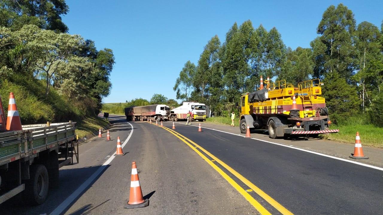 Motorista sofre ferimentos graves após batida entre dois caminhões em Ortigueira