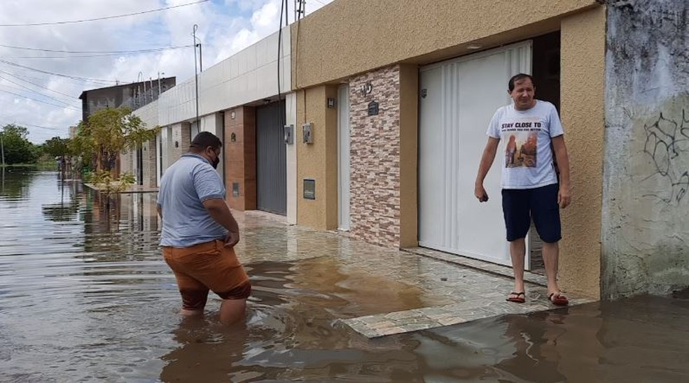 Água chegava a altura do joelho nos pontos de alagamento nas ruas de Iguatu. — Foto: Reprodução