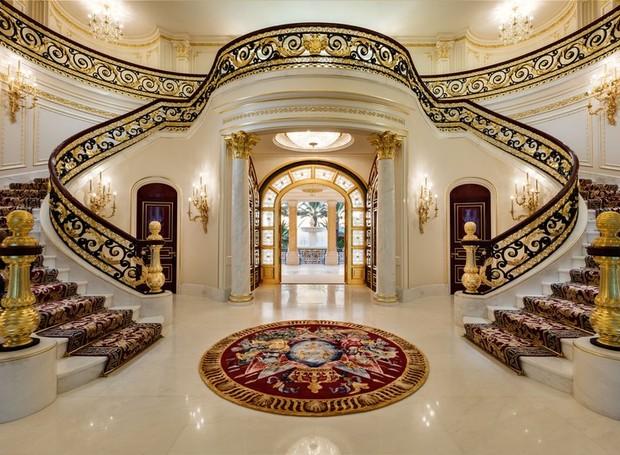 Mais de 500 mil folhas de ouro de 22 quilates foram utilizadas na construção (Foto: Top Ten Real Estate Deals/ Reprodução)