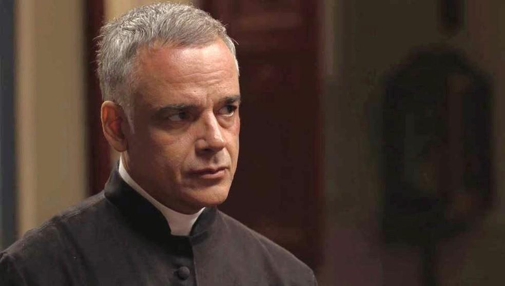 Padre Luiz (Angelo Antonio) oferece abrigo para Danilo em 'Espelho da Vida' e os dois descobrem algumas afinidades — Foto: TVGLOBO