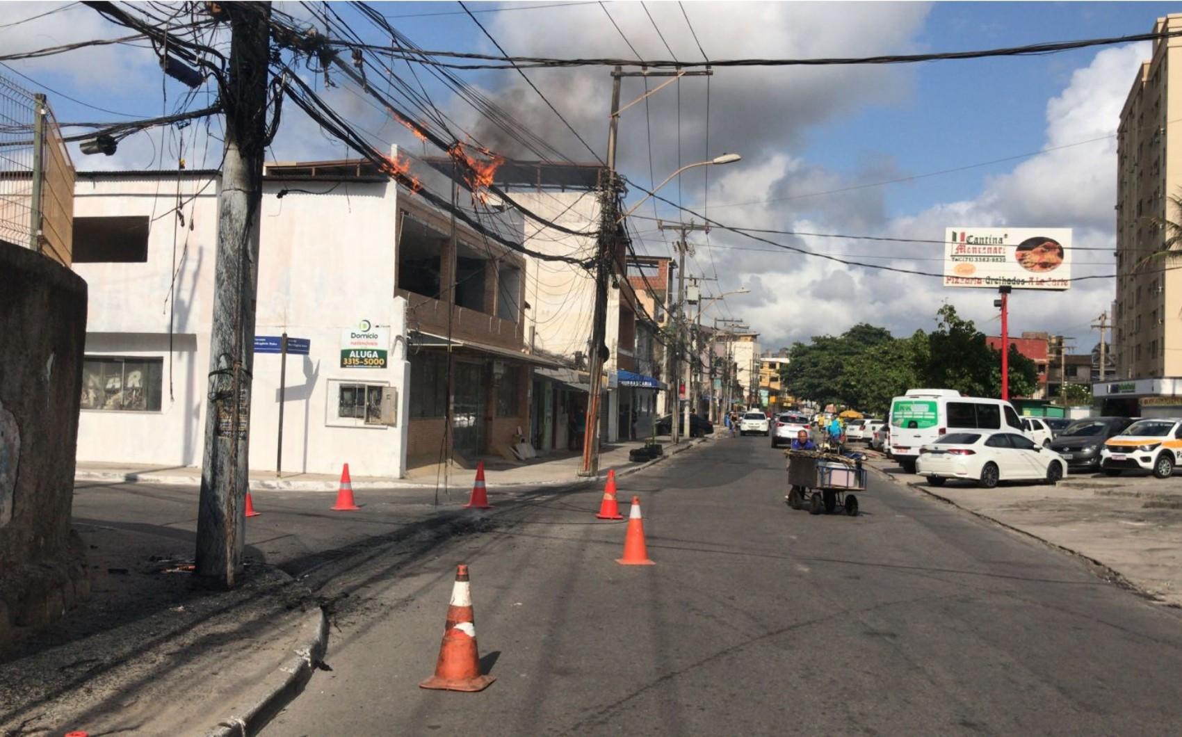 Fiação elétrica pega fogo em poste no bairro da Boca do Rio, em Salvador