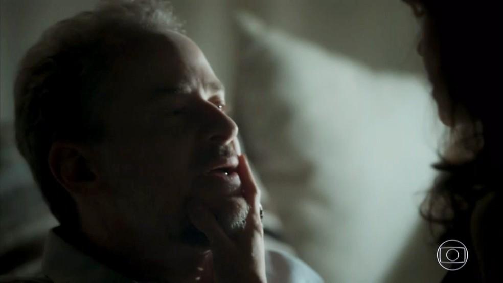 Eugênio (Dan Stulbach) acaba sendo seduzido por Irene (Débora Falabella) em  'A Força do Querer' — Foto: Globo