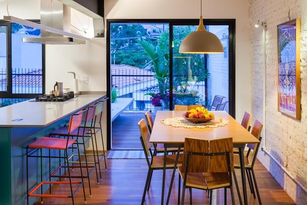 A mesa e as cadeiras são do Fernando Jaeger Atelier. A luminária e o quadro já eram do cliente. (Foto: Pedro Vannucchi)