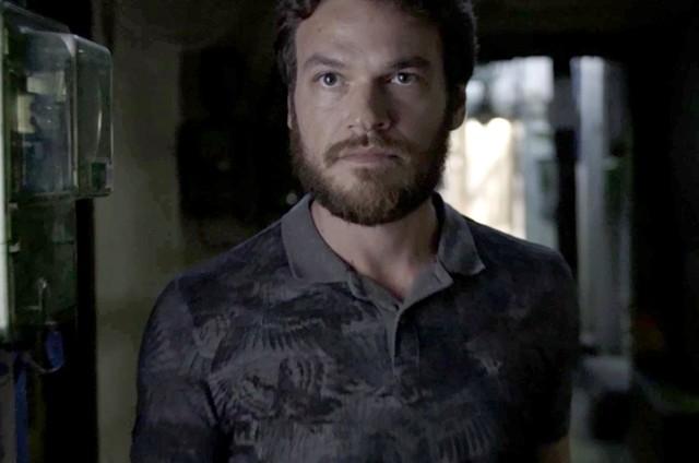 Rubinho (Emilio Dantas) tentará tomar o controle do tráfico de Sabiá (Jonathan Azevedo) e acabará morto pelo ex-comparsa (Foto: Reprodução)