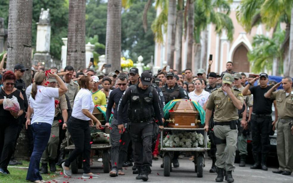Corpos dos dois policiais atropelados por trem do metrô foram sepultados no Recife (Foto: Marlon Costa/Pernambuco Press)
