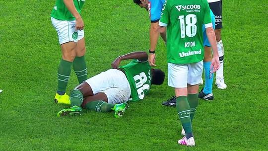 Com suspeita de fratura, Elicarlos deixa jogo contra o Corinthians e é encaminhado a hospital