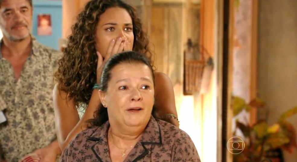 Olívia (Bete Mendes) e Taís (Débora Nascimento) ficam paralisadas com volta de Cassiano (Henri Castelli) - Flor do Caribe' — Foto: Globo