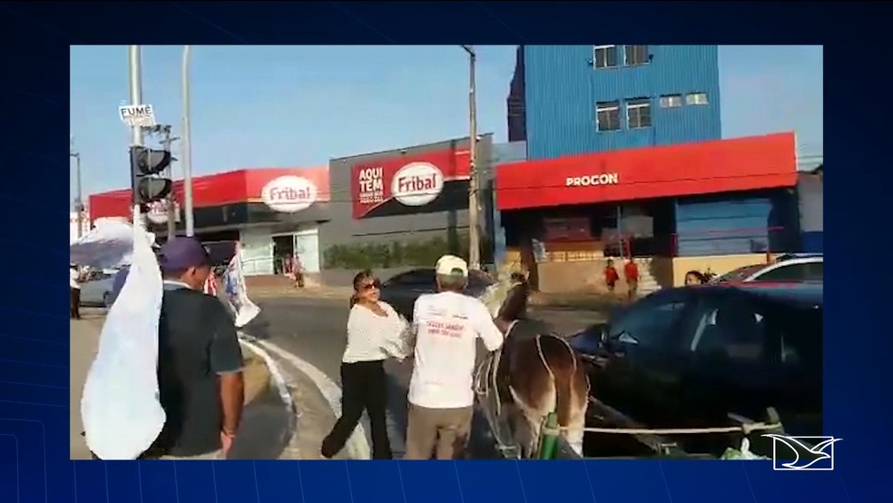 Mulher é flagrada chicoteando carroceiro em São Luís — Foto: Reprodução/TV Mirante