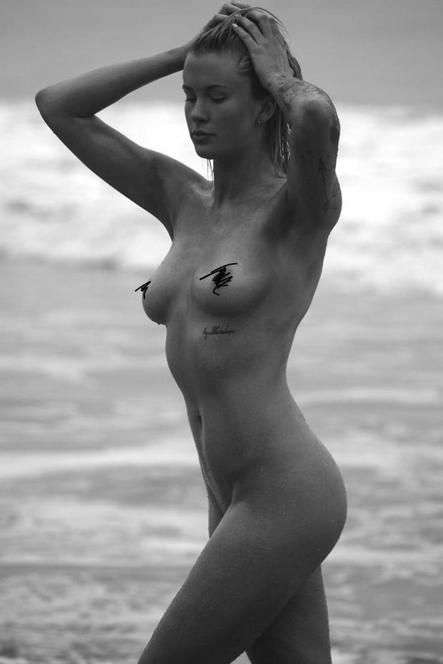 Ireland Baldwin surge completamente nua na praia (Foto: Reprodução/Instagram)