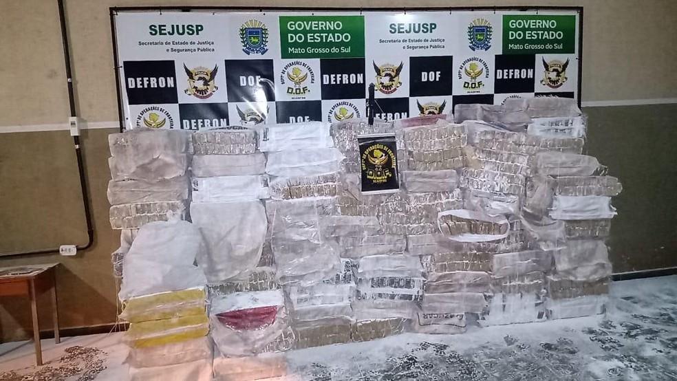 Maconha estava escondida junto com sacos de farinha, em Ponta Porã (MS). — Foto: DOF/Divulgação