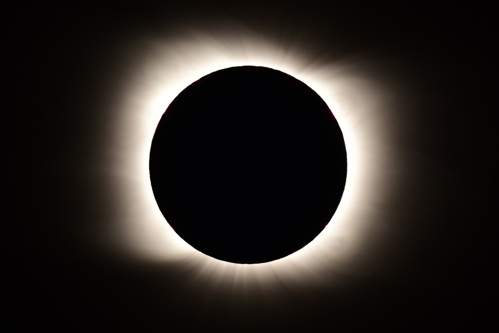 Foto mostra Sol totalmente encoberto pela Lua durante eclipse solar total. — Foto: Ronaldo Schemidt/AFP