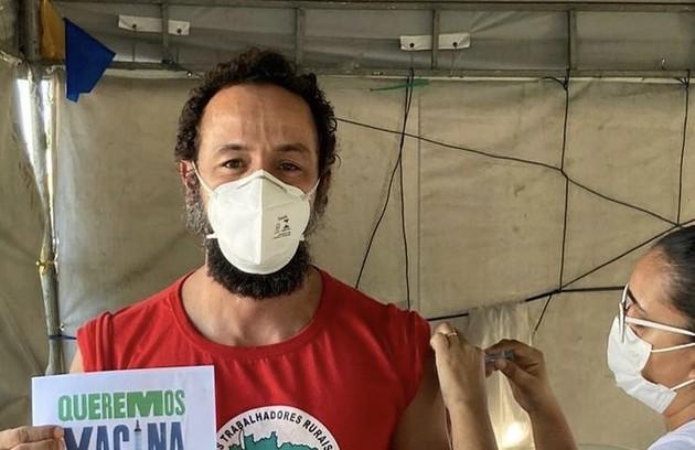 """Irandhir Santos, que estava com a cabeça raspada em """"Amor de mãe"""", mudou o visual para """"Pantanal"""". O ator foi vacinado recentemente  (Foto: Reprodução)"""