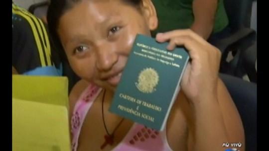 Indígenas venezuelanos refugiados tiram carteira de trabalho em Belém