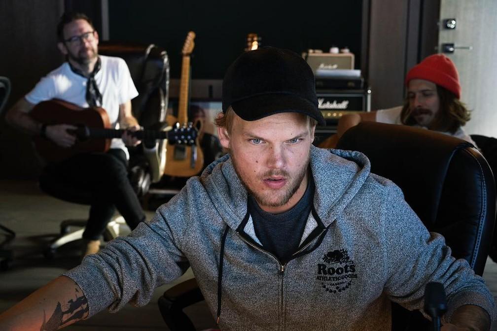 Avicii trabalha em estúdio em foto publicada no Facebook em abril deste ano (Foto: Reprodução/Facebook/Avicii)