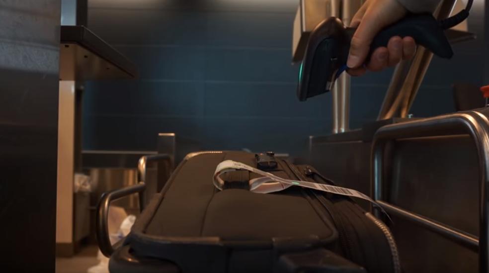 Para despachar a bagagem por conta própria, passageiro precisa escanear etiqueta previamente colocada na bagagem (Foto: Reprodução/YouTube)
