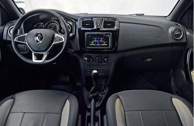 Renault Stepway - Por dentro, Stepway tem  revestimentos de couro nos tons  preto e cinza claro (Foto: André Schaun)