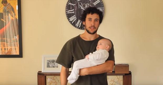 A posição mais usada pelos inicantes na arte de segurar um bebê (Foto: Reprodução)